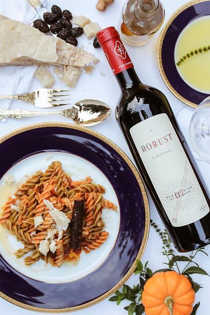Ein teller mit Pasta und eine Flasche Wein