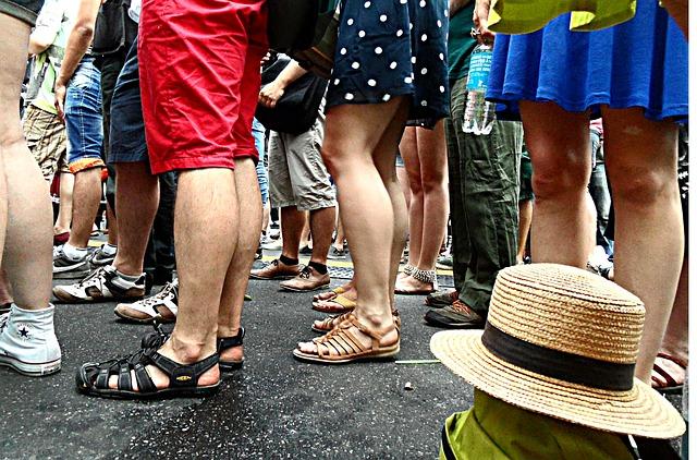 Beine in kurzen Hosen