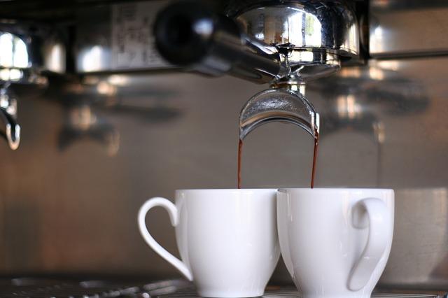2 Espressotassen an der Maschine
